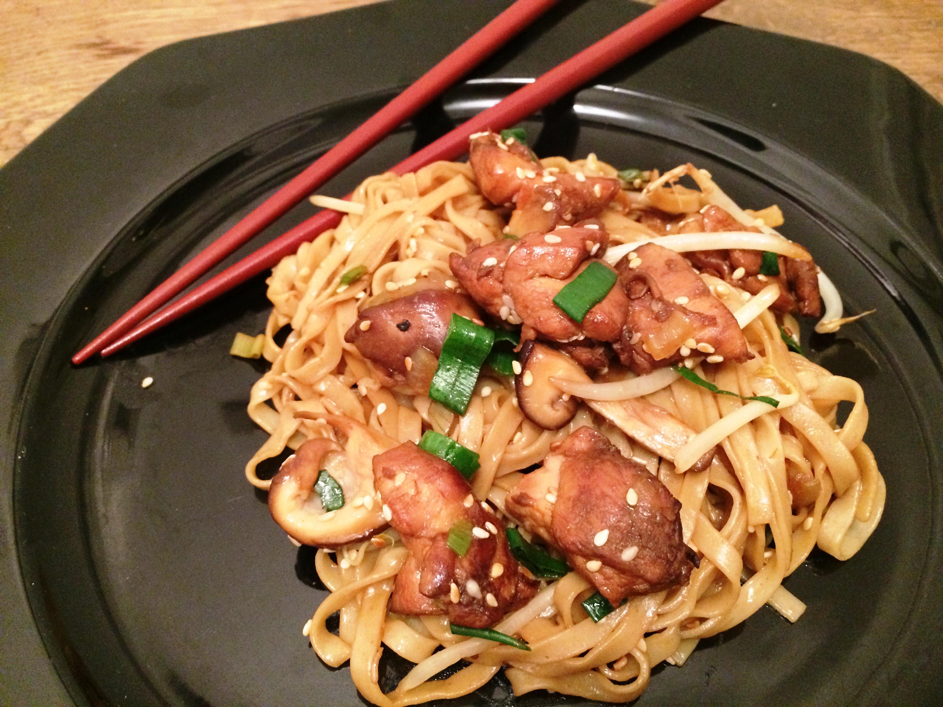 Nouilles saut es au poulet et champignons shitake envie - Comment cuisiner des nouilles chinoises ...